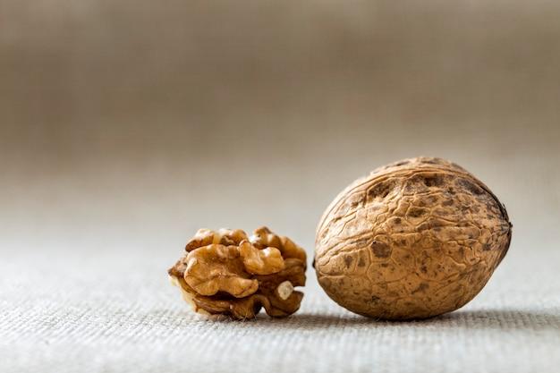 Gros plan, de, noix, dans, coquille bois, et, noyaux, isolé, sur, lumière, copie, space. concept d'aliments biologiques sains.