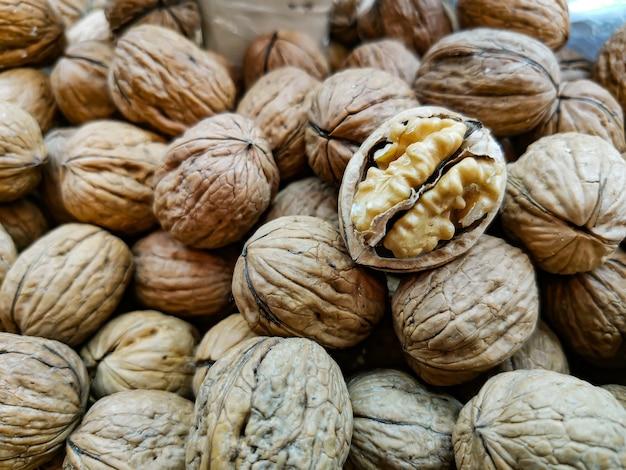 Gros plan de noix pelées décortiquées sur un comptoir du marché fermier.