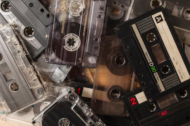 Gros plan de nombreuses cassettes audio