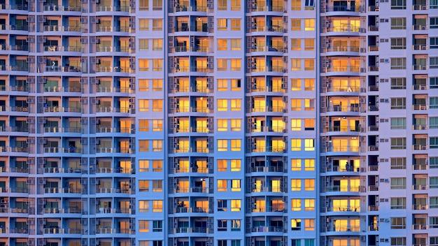Gros plan de nombreuses fenêtres sur un grand bâtiment
