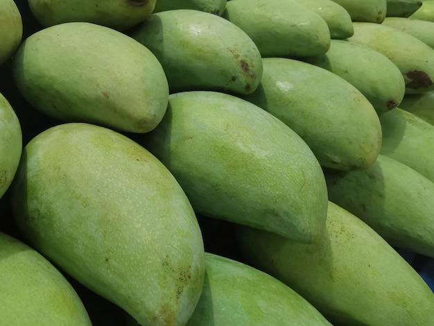Gros plan de nombreuses mangues fraîches sur le marché
