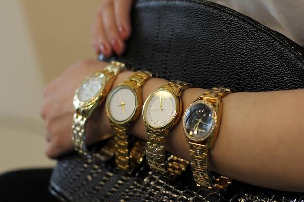 Gros plan sur de nombreuses montres mises à disposition