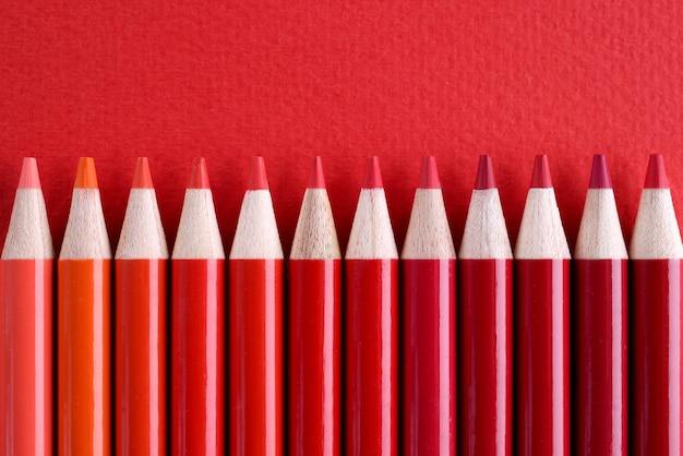Gros plan de nombreuses nuances de crayons en bois rouges