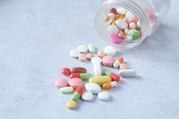 Gros plan sur de nombreuses pilules et capsules colorées