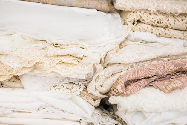 Gros plan de nombreux tissus de dentelle