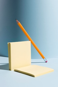 Gros plan des notes autocollantes et un crayon sur le bureau