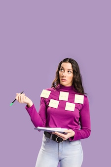 Gros plan des notes autocollantes avec le mot «travail» écrit sur eux sur femme