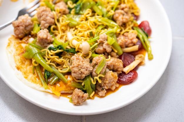 Gros plan de nouilles thaïlandaises, viande et légumes compris