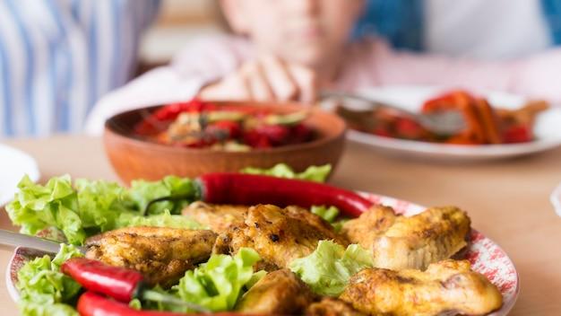 Gros plan de la nourriture délicieuse sur la table