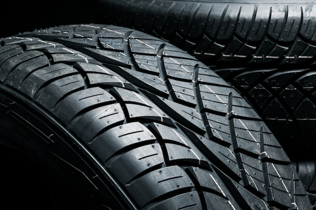 Gros plan de nouveaux pneus