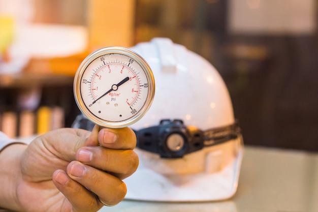 Gros plan d'un nouvel ensemble de manomètre sur l'entretien de la préparation de la table en verre, industrie du travail