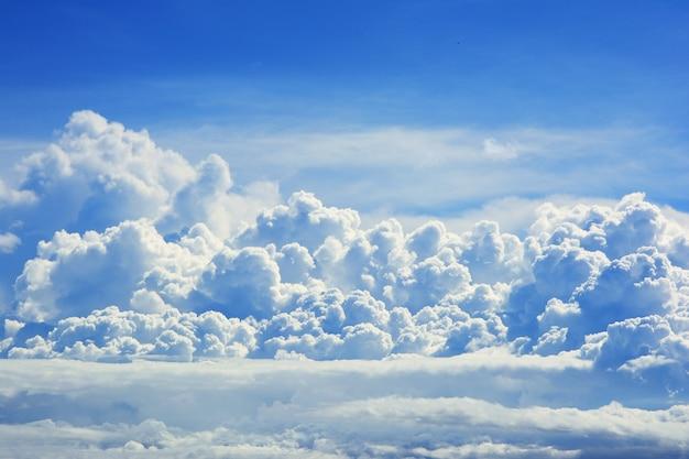 Gros plan d'un nuage blanc sur fond de ciel bleu