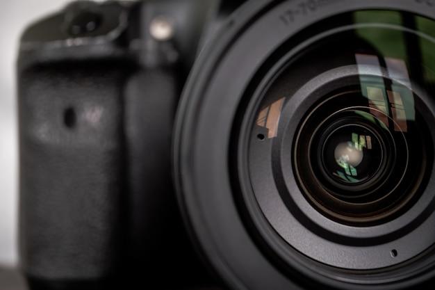 Gros plan de l'objectif de la caméra.