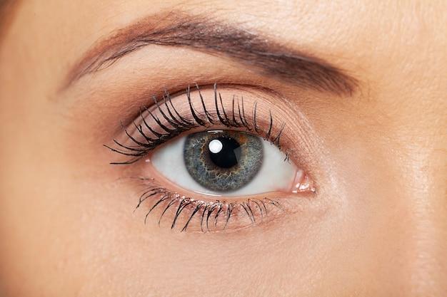 Gros plan de l'oeil de la femme