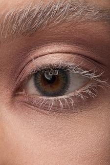 Gros plan sur l'œil humain avec des lentilles de contact. les nanotechnologies du futur