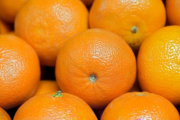 Gros plan d'orange dans l'étal de marché