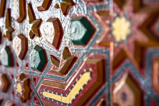 Gros plan d'ornement coloré sur bois dans un style oriental traditionnel.
