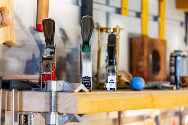 Gros plan d'outils de travail sur table
