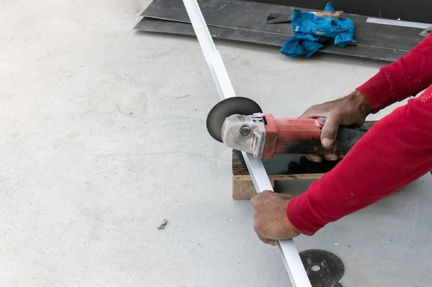 Gros plan, ouvrier, couper, métal, machine, broyeur