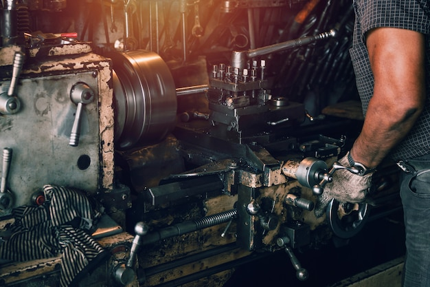 Gros plan ouvrier tournant l'acier