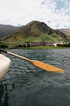 Gros plan sur une pagaie de canoë-kayak dans la rivière