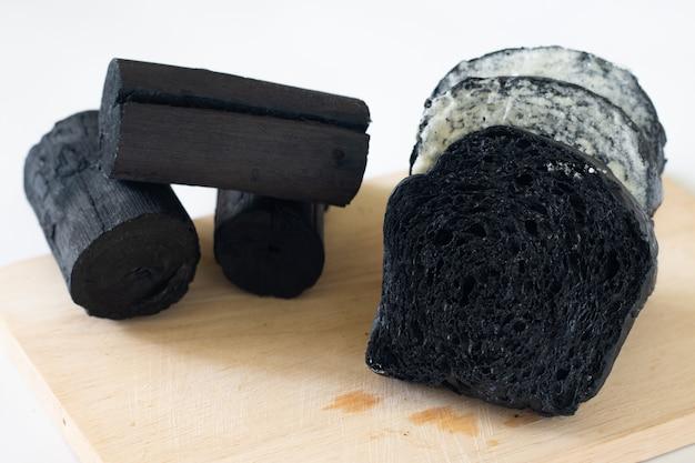 Gros plan pain de charbon de bois bio fait maison