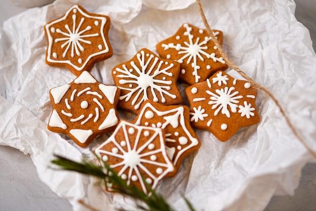 Gros plan de pain d'épice de noël bonbons sous forme de flocons de neige cadeau de noël doux