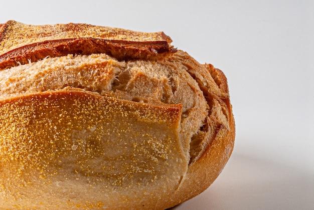 Gros plan d'un pain italien rond traditionnel sur fond blanc.