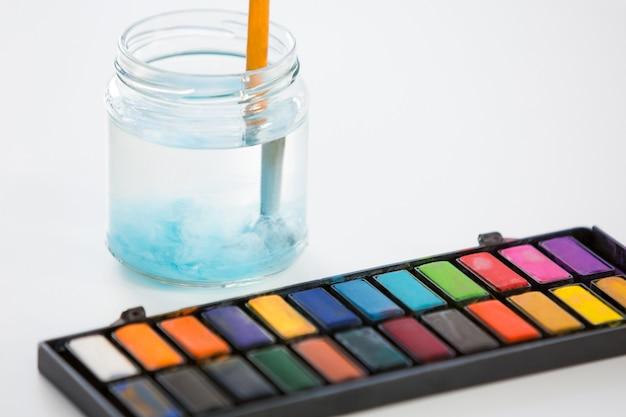 Gros plan, de, palette colorée, et, pot, sur, blanc, surface