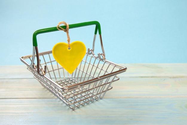 Gros plan sur le panier et l'étiquette du cœur