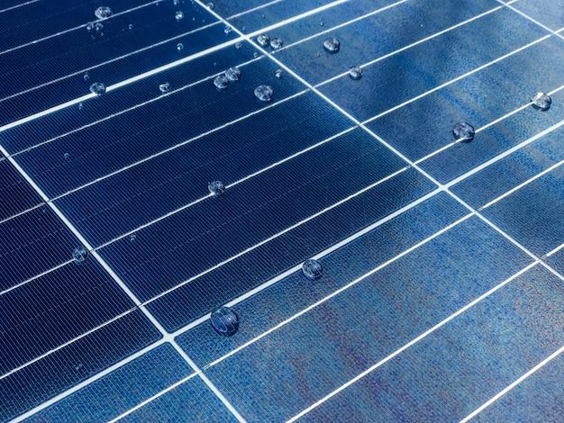 Gros plan d'un panneau de cellules solaires avec un revêtement nanotechnologique