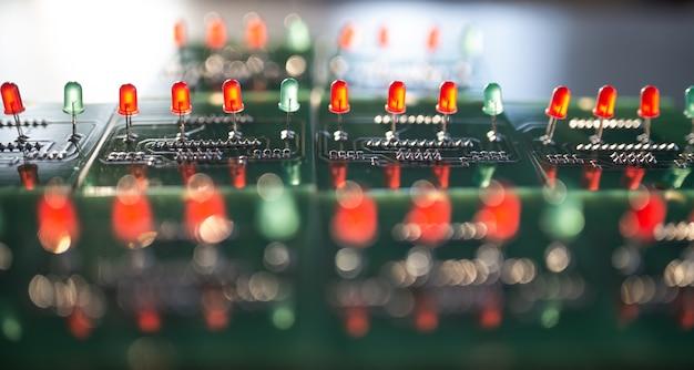 Gros plan d'un panneau avec des indicateurs d'ampoules rouges et vertes
