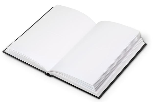 Gros plan d'un papier blanc plié vierge sur fond blanc