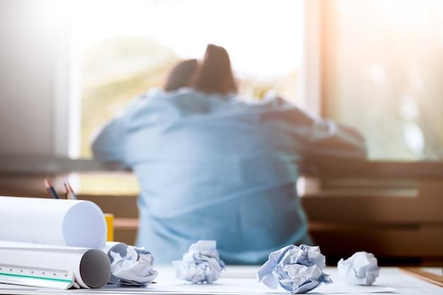 Gros plan de papier froissé sur la table avec une femme d'affaires malheureuse était frustré. concept d'aucune idée de penser