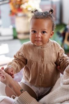 Gros plan parent tenant petit enfant