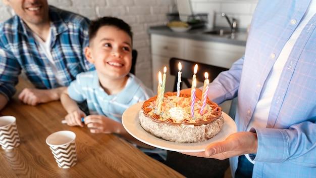 Gros plan, parent, tenue, gâteau