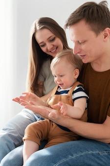Gros plan des parents avec un enfant en bas âge mignon