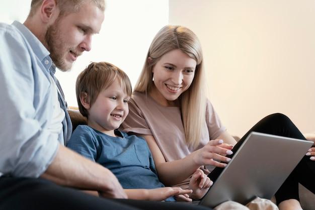 Gros plan des parents et des enfants avec un ordinateur portable