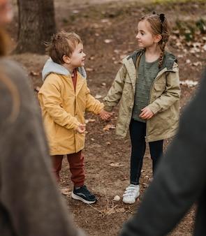 Gros plan parents et enfants se tenant la main