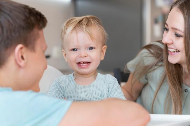 Gros plan des parents heureux avec enfant en bas âge smiley