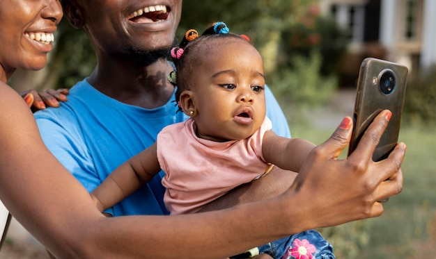 Gros plan des parents prenant selfie