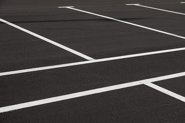 Gros plan d'un parking fraîchement marqué