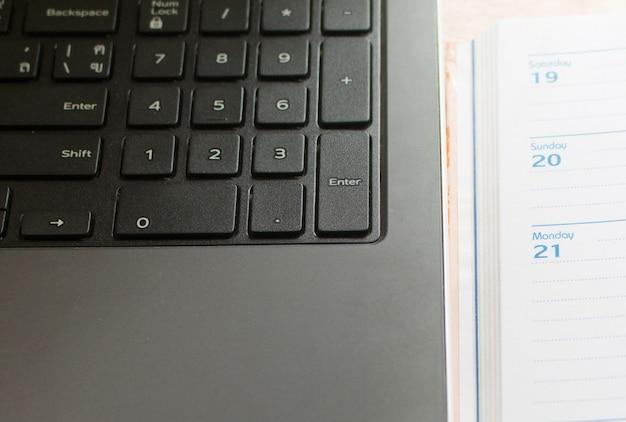 Gros plan de parth d'ordinateur portable et note d'organisation