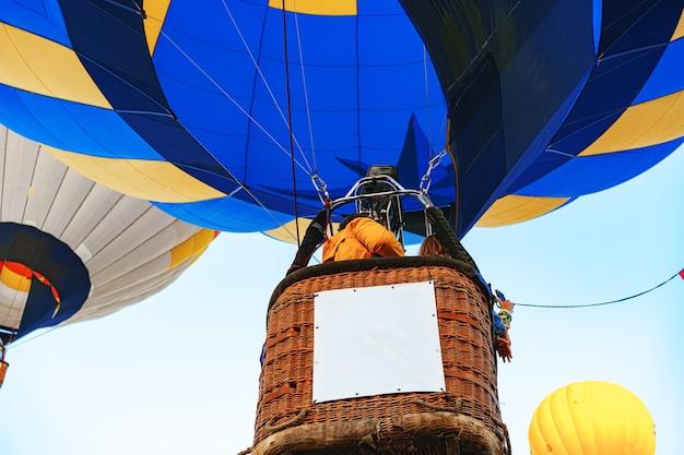 Gros plan de la partie ballon à air chaud se préparer pour le vol