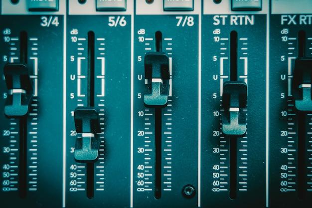 Gros plan une partie de la table de mixage audio, style de film vintage, concept d'équipement de musique