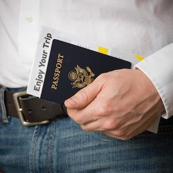 Gros plan sur un passeport américain avec billets et documents
