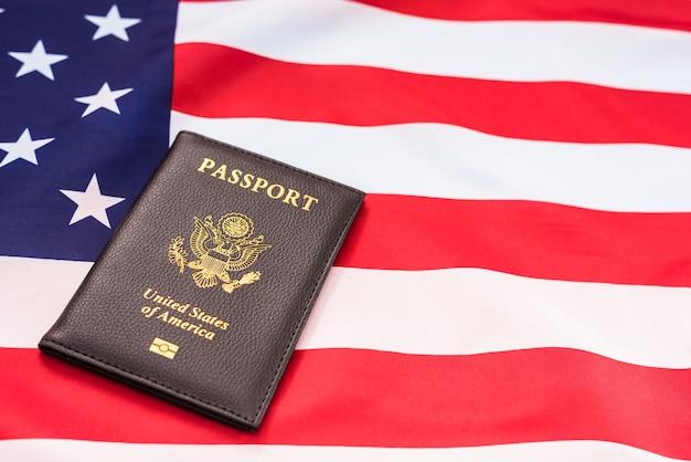 Gros plan sur le passeport sur le drapeau américain