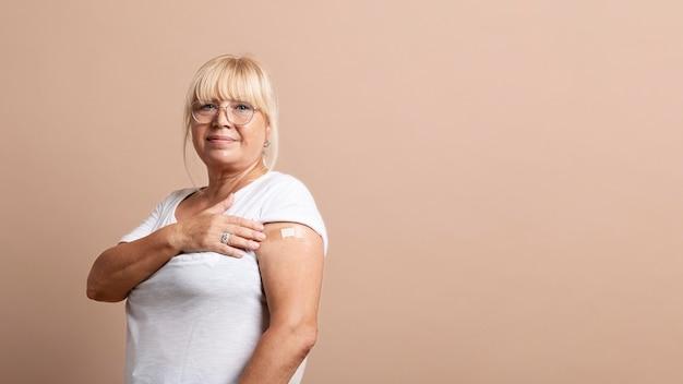 Gros plan sur le patient après avoir été vacciné