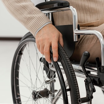 Gros plan patient en fauteuil roulant