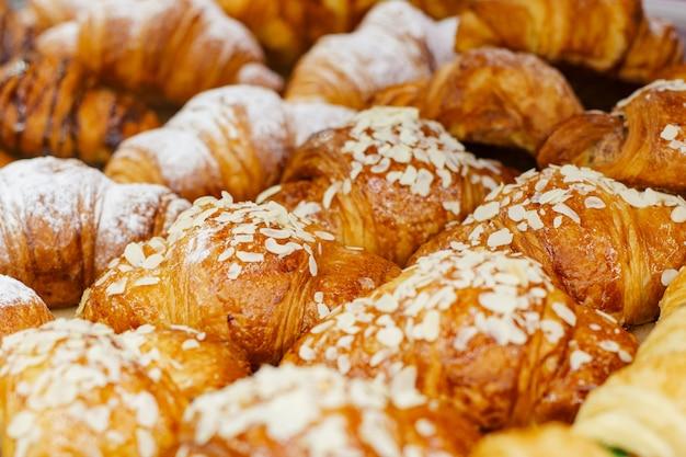 Gros plan de la pâtisserie au four. des croissants